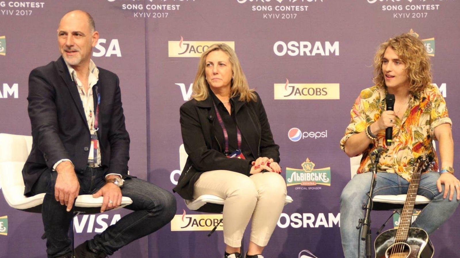 Foto: Antonio Losada, Ana María Bordas y Manel Navarro durante una rueda de prensa en Kiev. (Eurovision-Spain.com)