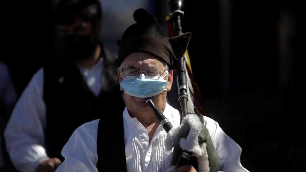 Foto: Un gaitero con mascarilla participa en la procesión de la Virgen del Carmen. (EFE)