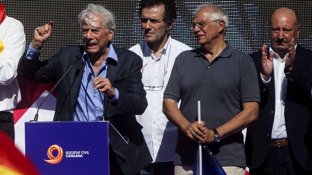 Foto: El premio Nobel Mario Vargas Llosa en la manifestación de Barcelona. (EFE)
