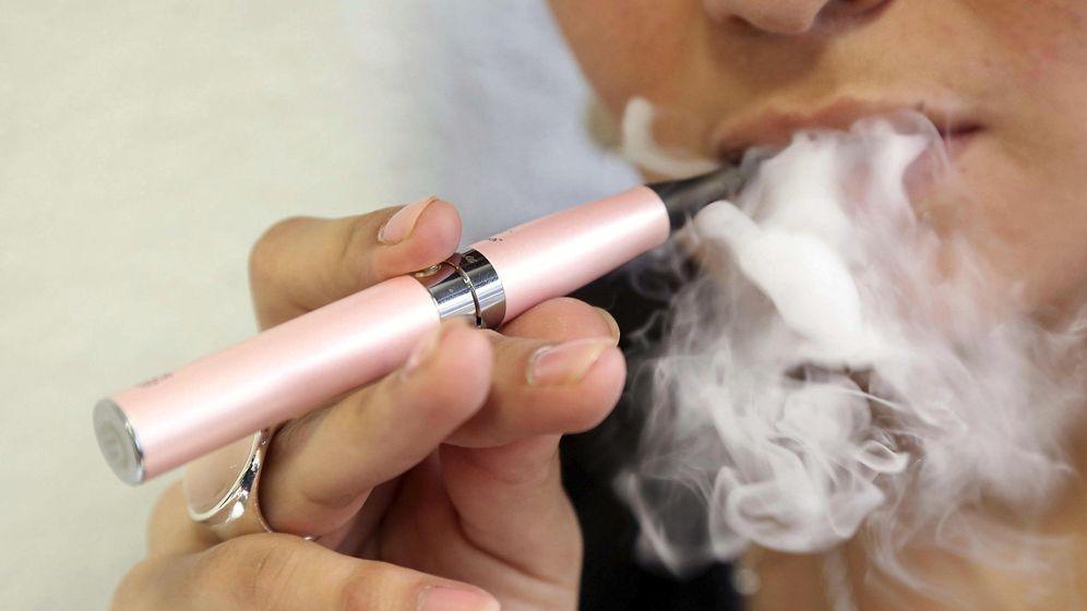 Foto: Fotografía de archivo de una mujer fumando un cigarrillo electrónico. (EFE)