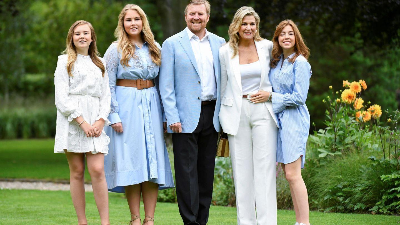 Los reyes de Holanda, junto a sus hijas. (Reuters)