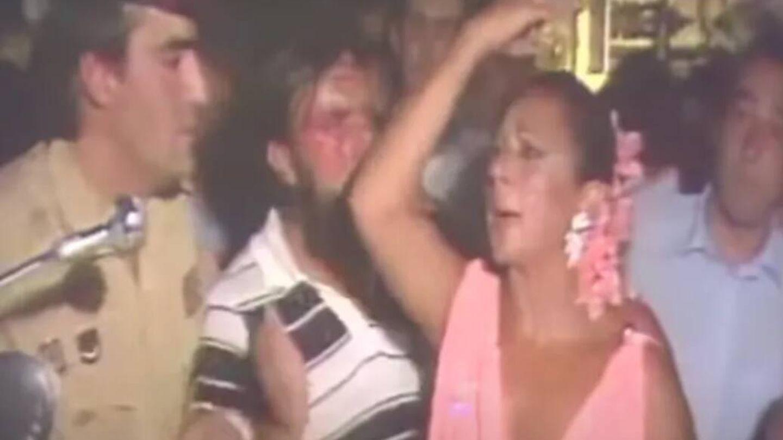 Lola Flores, en la boda de Lolita pidiendo a la gente que se marche.