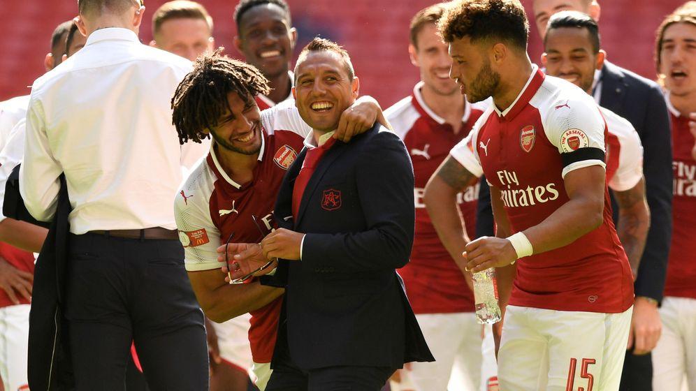 Foto: Cazorla, vestido de calle, celebra un título con el Arsenal. (Reuters)