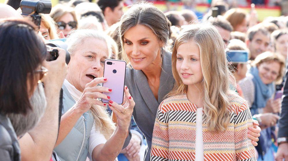 Foto: La Reina y Leonor, haciéndose un selfie. (Casa Real)