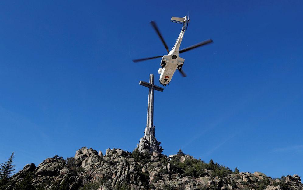 Foto: El helicóptero con el féretro de Francisco Franco se eleva para abandonar para siempre la basílica del Valle de los Caídos, al fondo, este 24 de octubre. (EFE)