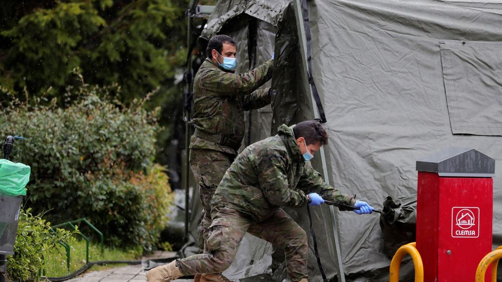 Foto: Personal militar prepara un hospital de campaña montado cerca del acceso de Urgencias del Hospital Gregorio Marañón en Madrid (EFE)