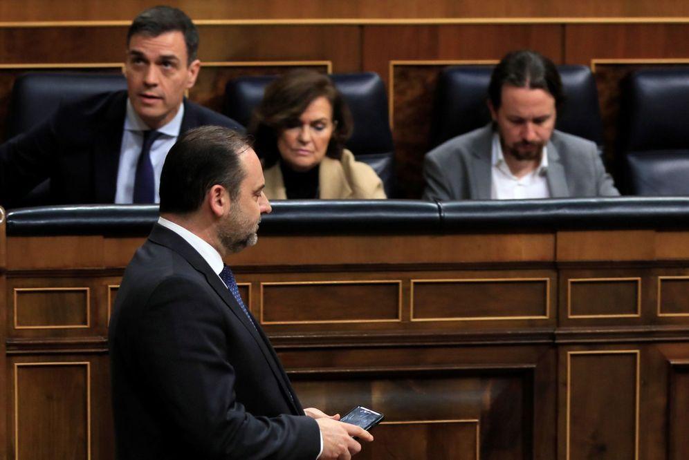 Foto: El ministro de Transportes, José Luis Ábalos, passa delante de Pedro Sánchez y los vicepresidentes Carmen Calvo y Pablo Iglesias, este 18 de febrero. (EFE)