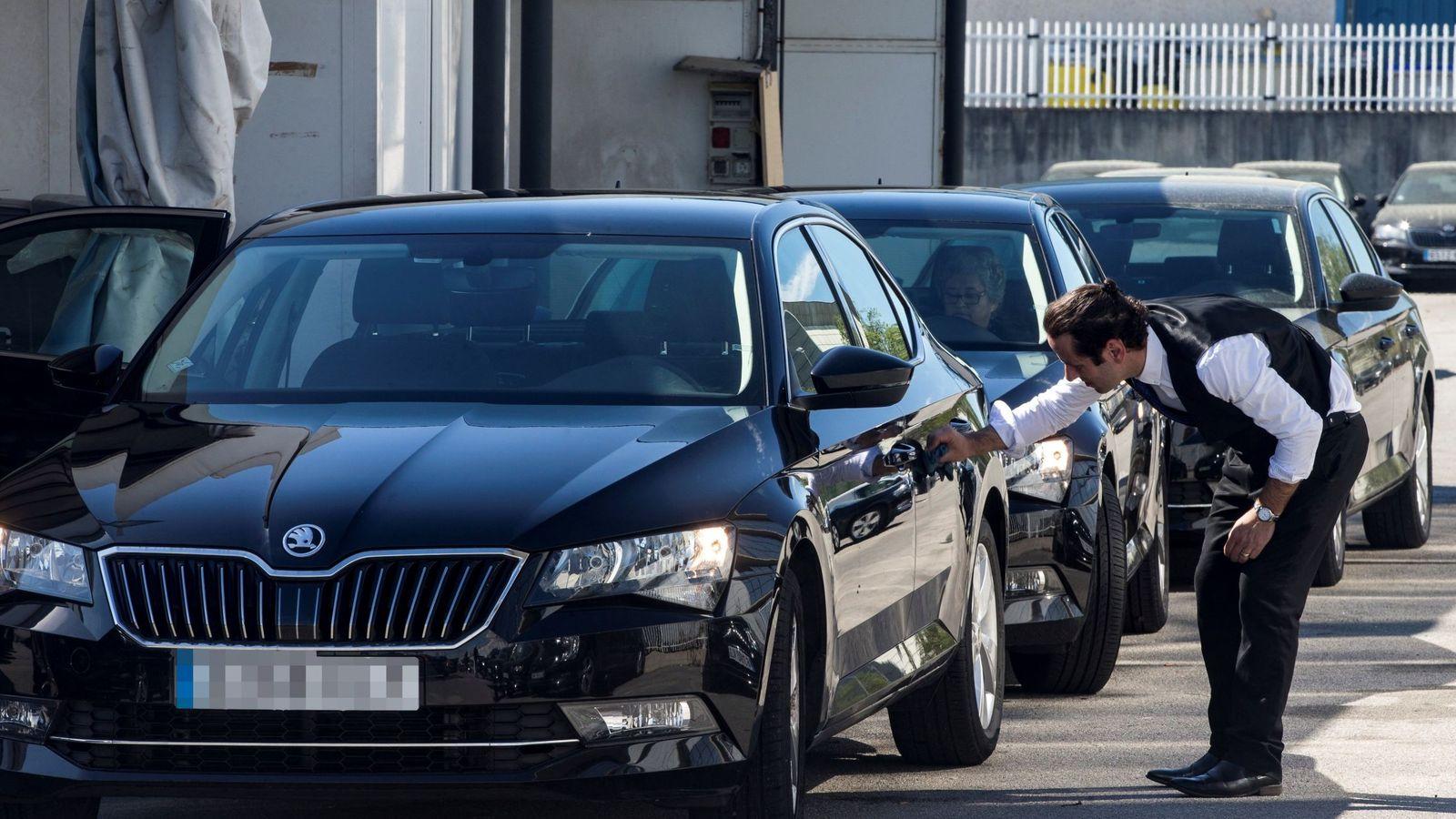 Foto: Los coches de Cabify que han empezado a operar en Barcelona. (EFE)