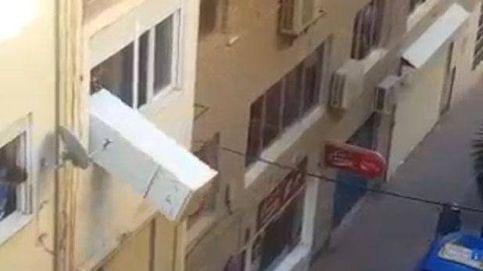 La casa por la ventana... literalmente: tira a la calle un frigorífico en Motril, Granada
