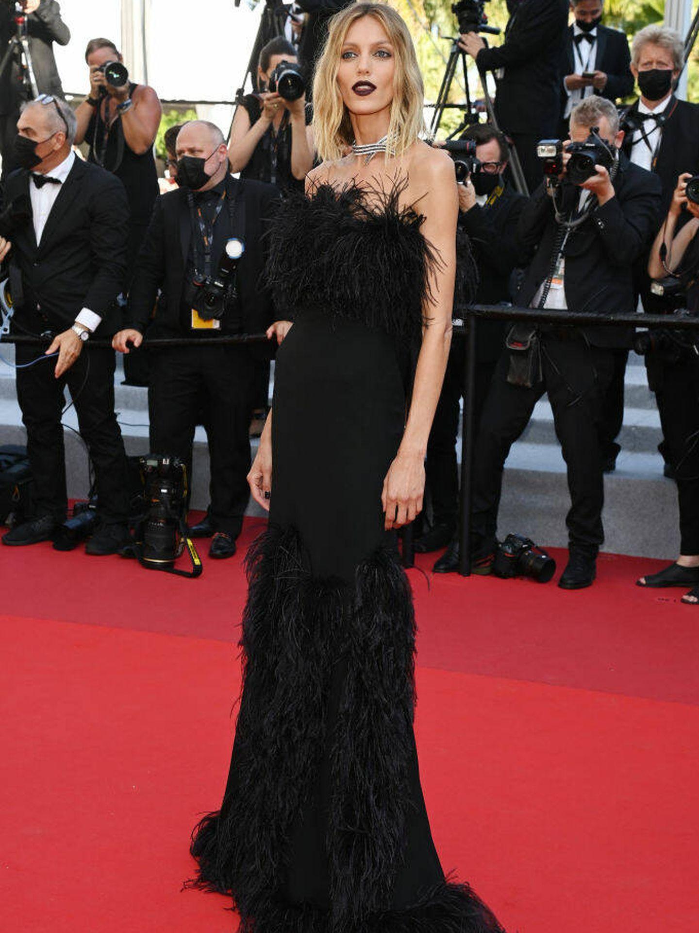 La modelo Anja Rubik con vestido de Saint Laurent en Cannes. (Getty)