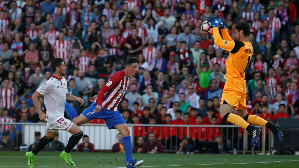 Foto: Torres remata ante Sergio Rico (Reuters)