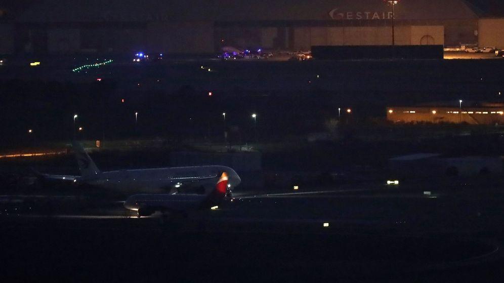 Foto: El avión de la aerolínea Air Canadá que ha pasado horas sobrevolando Madrid a causa de un problema técnico, en la pista tras efectuar un aterrizaje de emergencia. (EFE)