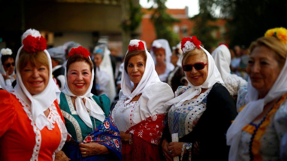 Foto: Mujeres vestidas de chulapa durante las fiestas de La Paloma de 2017 (REUTERS)