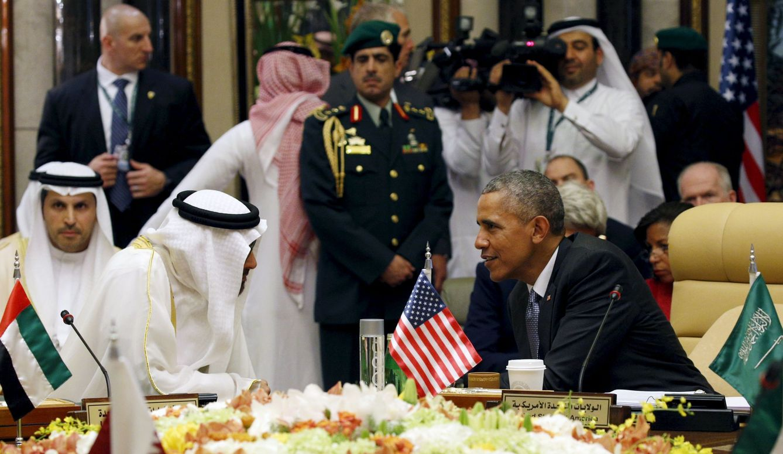 Foto: Barack Obama habla con el príncipe Sheikh Mohammed bin Zayed al-Nahyan durante la cumbre en Riad, el 21 de abril de 2016 (Reuters).