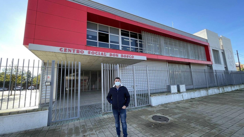 Antonio Mengual, director de la Fundación Don Bosco, en el Polígono Sur de Sevilla. (J. L. Losa)