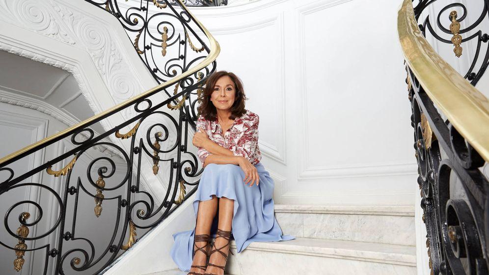 Foto: Isabel Gemio lleva falda de Trafaluc (Zara), falda de Massimo Dutti y sandalias de Zara.