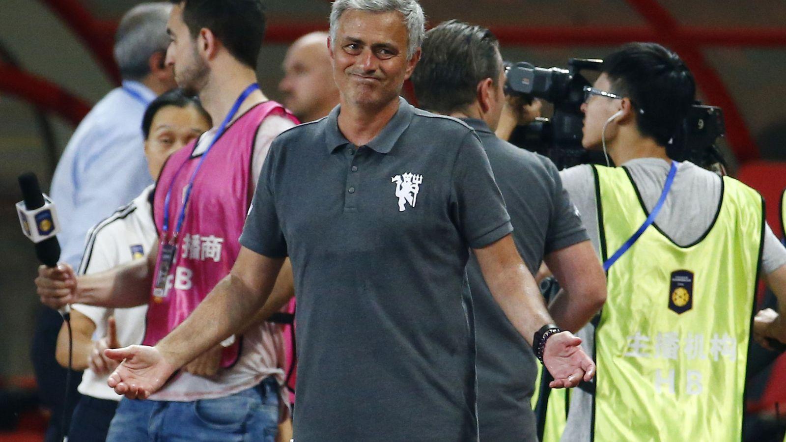 Foto: Mourinho se lamenta en la banda durante el amistoso del United contra el Borussia Dortmund. (Reuters)