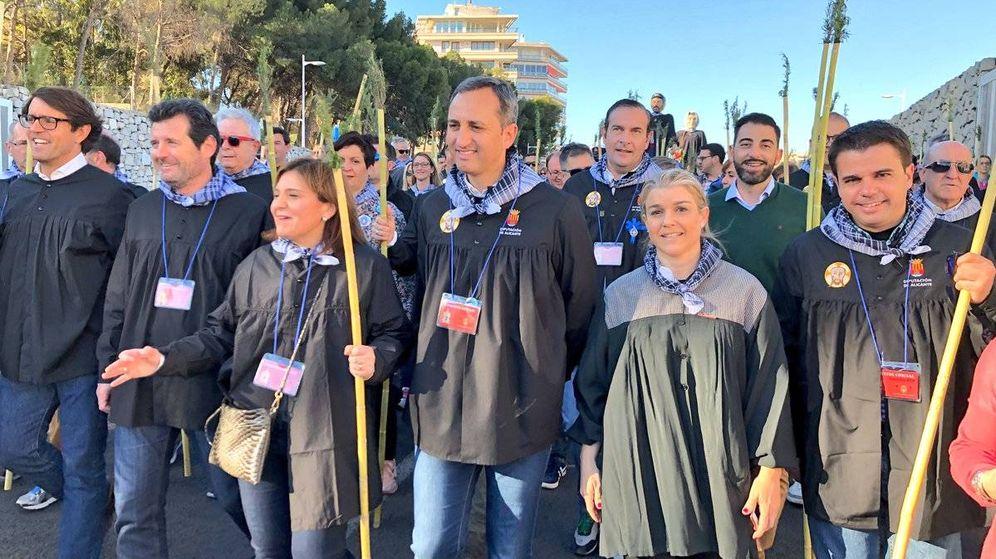 Foto: Bonig, entre José Císcar, segundo por la izquierda, y César Sánchez, presidente de la Diputación de Alicante.