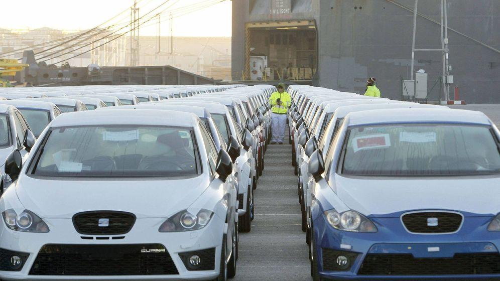 Foto: Embarque de coches en el puerto de Barcelona (Efe)