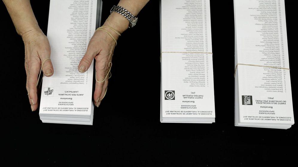 Foto: Papeletas de las diferentes candidaturas en una mesa electoral. (EFE)