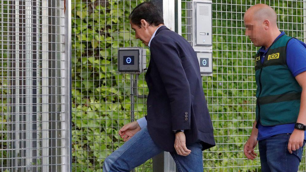 Foto: Zaplana, llegando a la comandancia de Madrid de la Guardia Civil tras ser detenido en mayo. (EFE)
