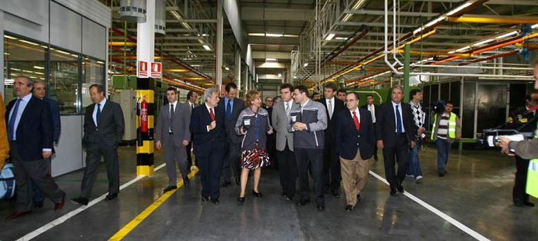 Foto: Aguirre visita la Planta de Volvo en Leganés, en octubre de 2008 (C. de Madrid)