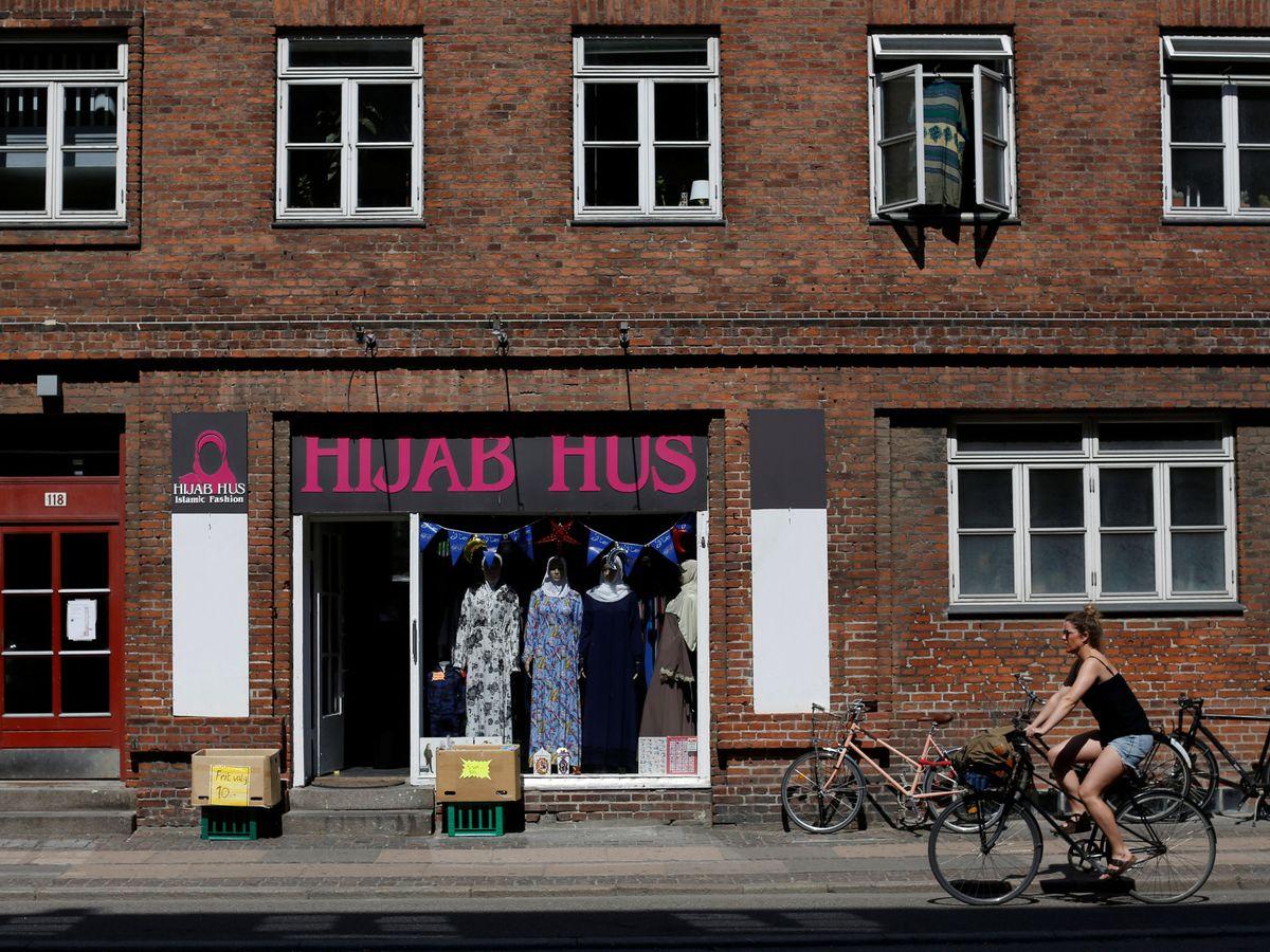 Foto: Una tienda de velos islámicos, en Mjølnerparken, uno de los barrios de la lista de guetos de Dinamarca. (Reuters)
