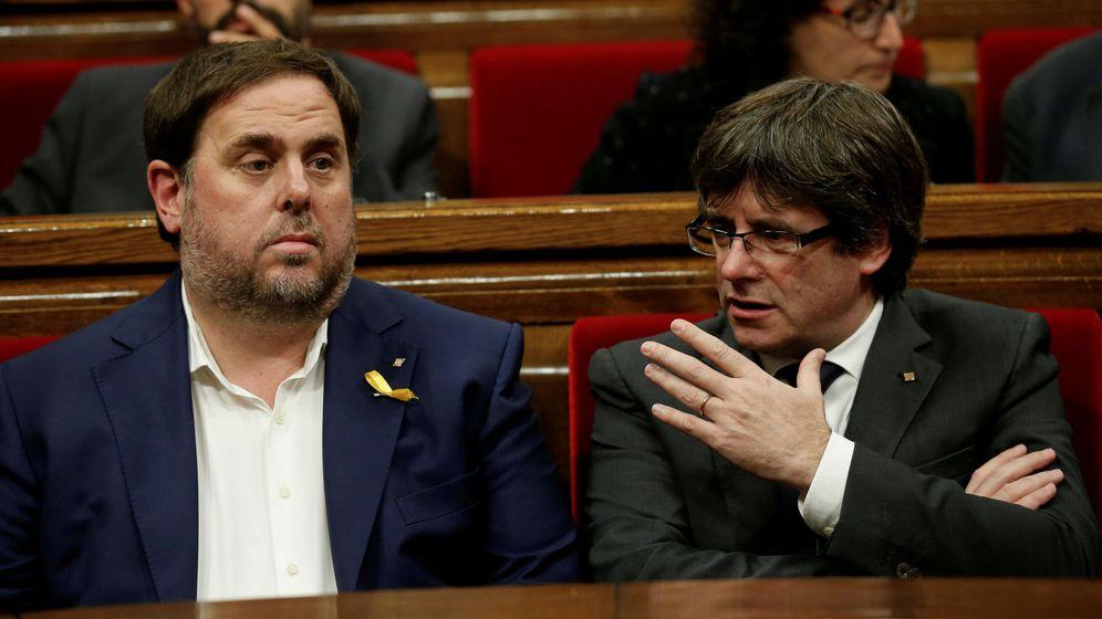 Foto: Carles Puigdemont junto a Oriol Junqueras el pasado 26 de octubre en el Parlament. (Reuters)