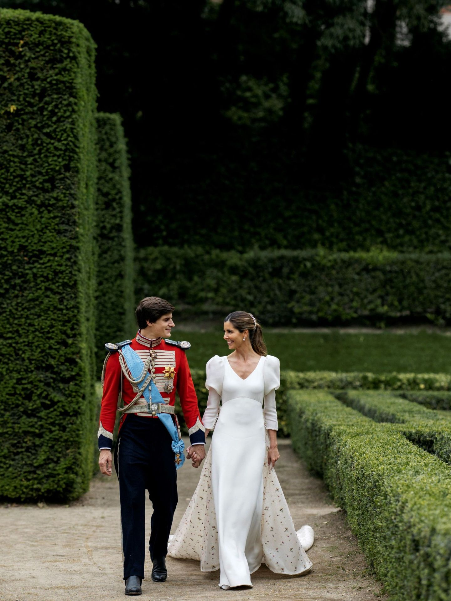 Los novios, paseando por el jardín. (Alejandra Ortiz/EFE)