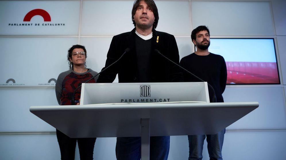 Foto: El diputado de Junts per Cat Francesc Dalmases, en el centro de la imagen, en una rueda de prensa en el Parlament de Catalunya. Es uno de los implicados (EFE)