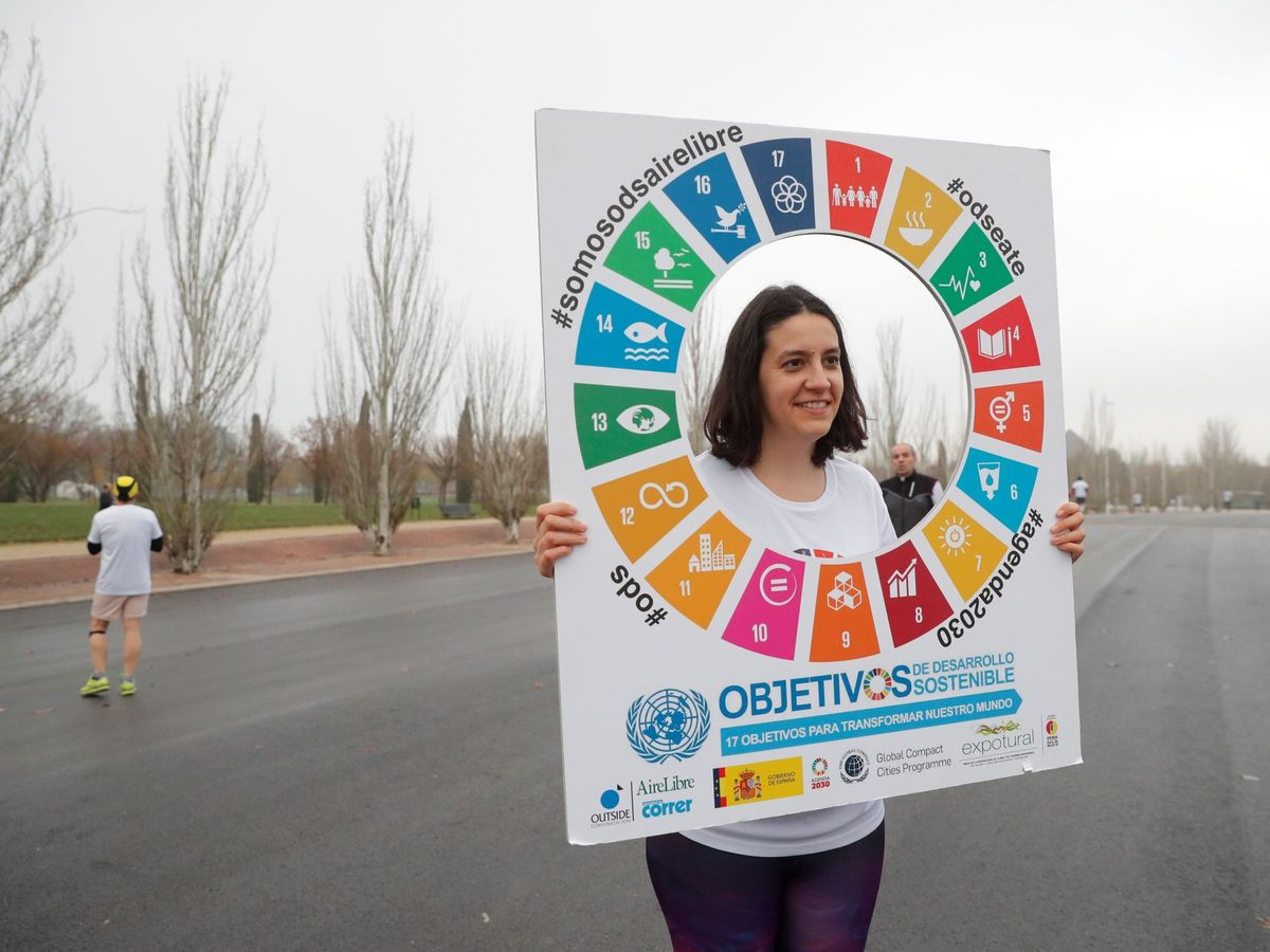 Foto: Una joven sostiene el logo de los Objetivos de Desarrollo Sostenible. (EFE)
