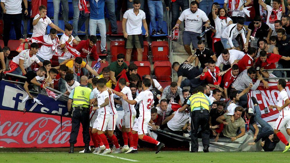 Foto: La valla cedió en la celebración del segundo gol sevillista. (EFE)