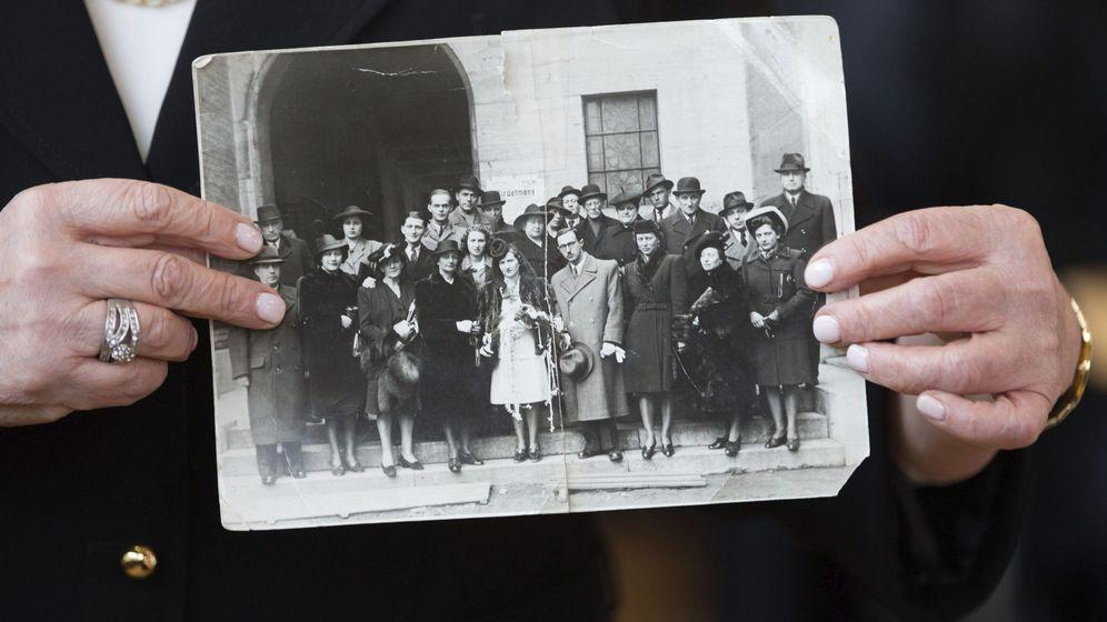 Foto: Angela Orosz Richt-Bein, superviviente de Auschwitz, muestra una imagen de su familia exterminada durante el juicio contra el guarda nazi Reinhold Hanning, en febrero de 2016 (EFE)