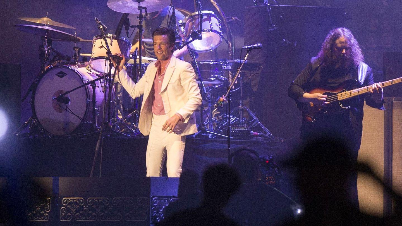 La banda estadounidense The Killers, durante el concierto principal de la segunda jornada del FIB al que acudió Pedro Sánchez. (EFE)