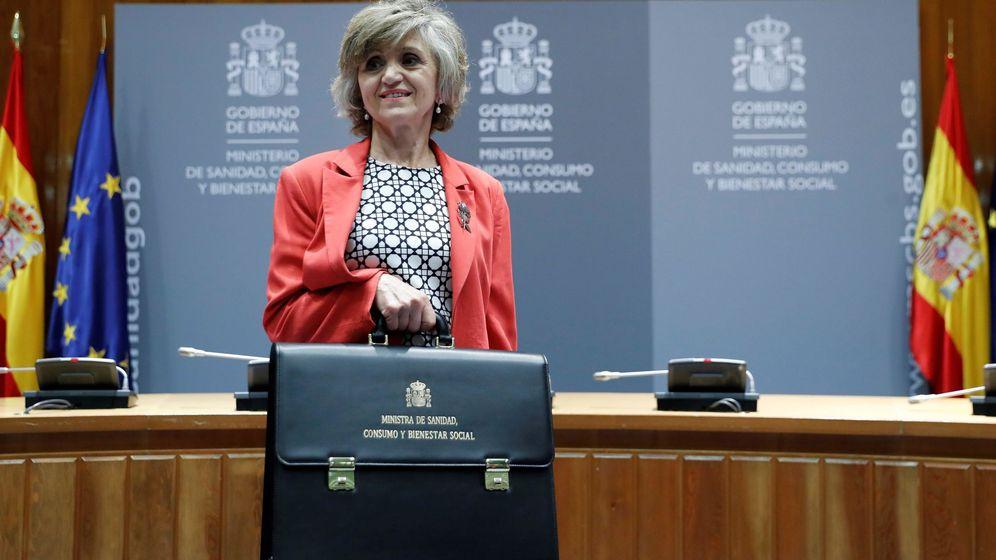 Foto: María Luisa Carcedo, tras recibir la cartera de Sanidad, Consumo y Bienestar Social, de manos de la exministra Carmen Montón. (EFE)