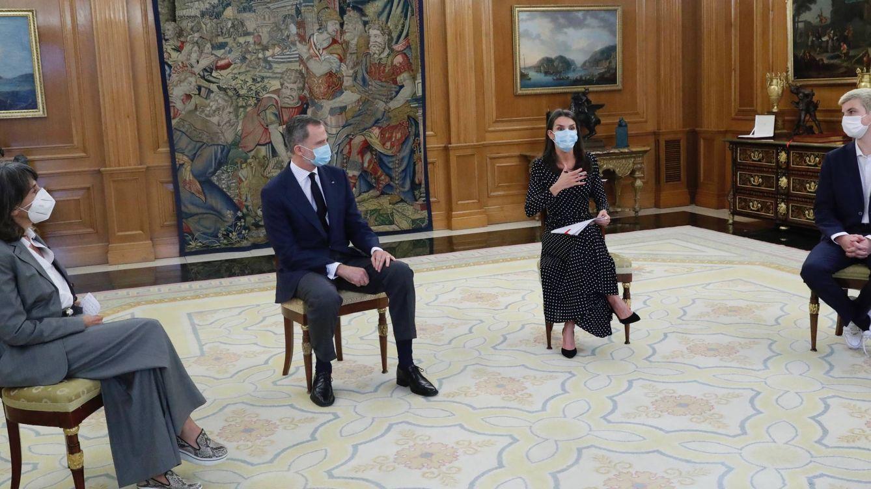 La reina Letizia 'desconfina' un favorecedor vestido de lunares (aunque sigue de negro)