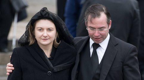 Matilde de Bélgica arropa a Stéphanie de Luxemburgo en el funeral de su padre