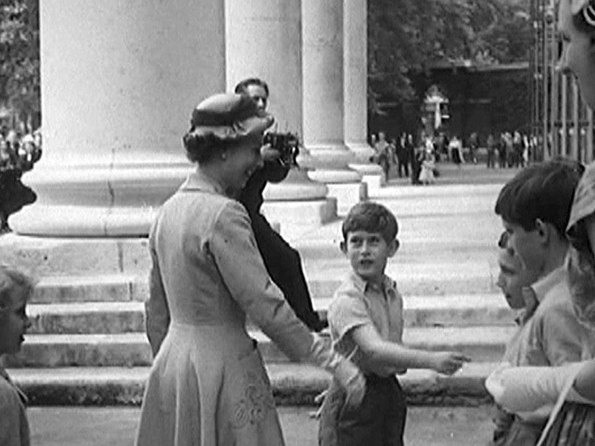 Foto: El príncipe Carlos junto a su madre Isabel II en 1957. (EFE)