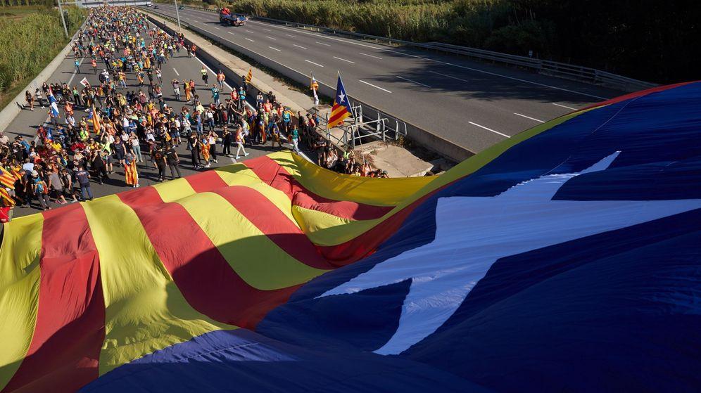 Foto: Una marcha independentista, cortando la AP-7 en Girona. (EFE)