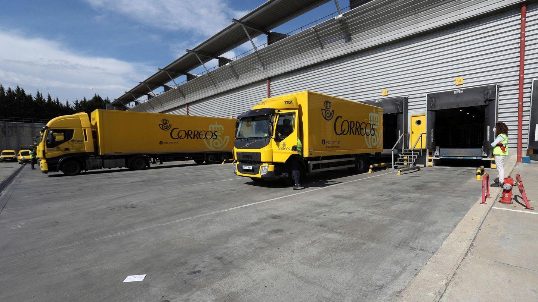 Camiones de Correos en el CTA de Vallecas. (EFE)