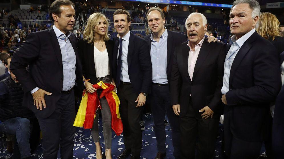 Foto: Daniel Lacalle (3d) y Pablo Casado, en el acto de cierre de campaña del PP del 28-A. (EFE)