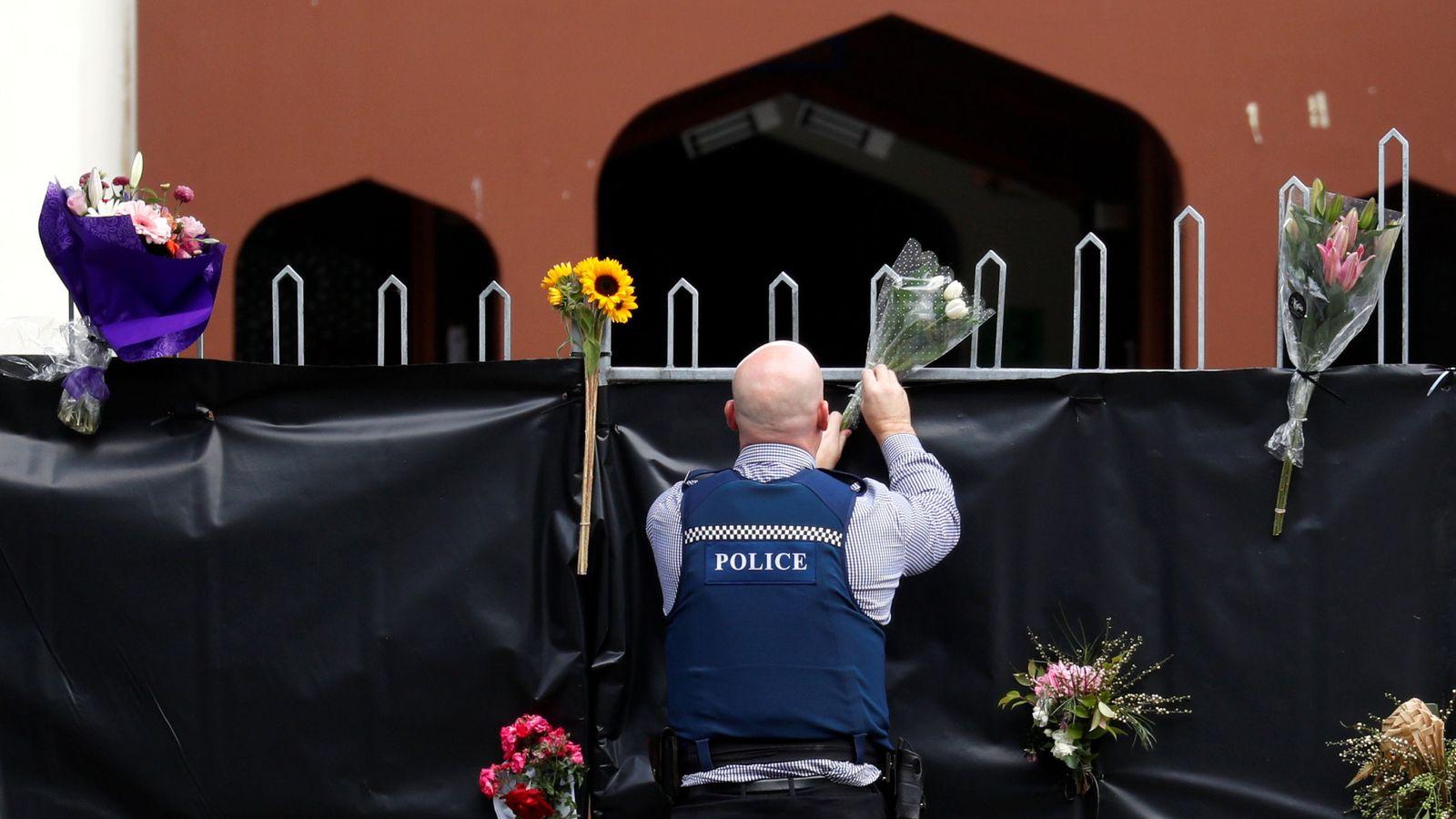 Foto: Un oficial de policía coloca flores en la entrada de la mezquita Masjid Al Noor,