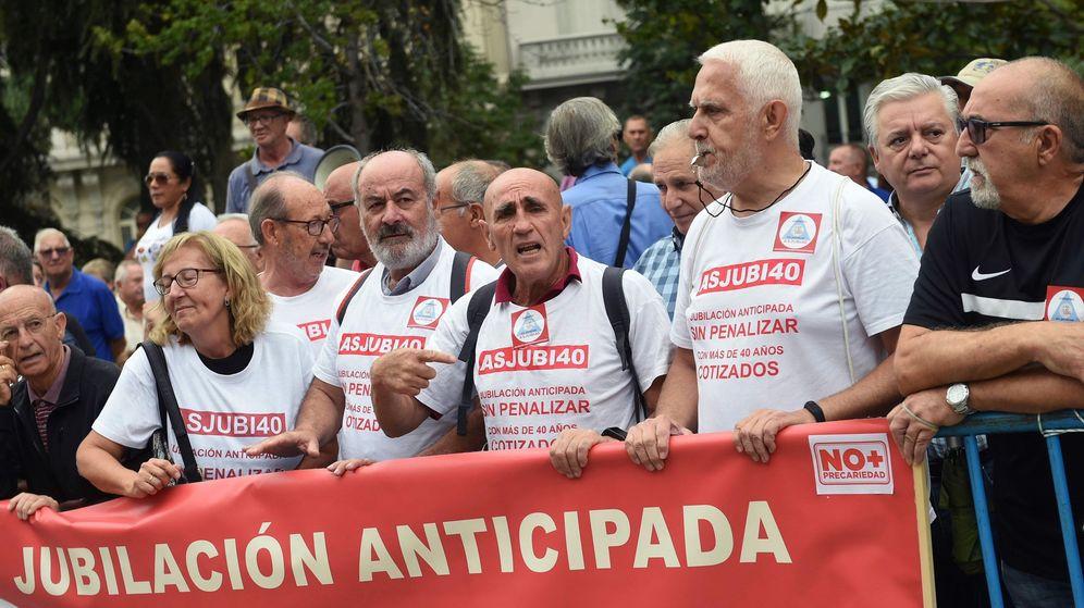 Foto: Concentración de pensionistas frente al Congreso. (EFE)