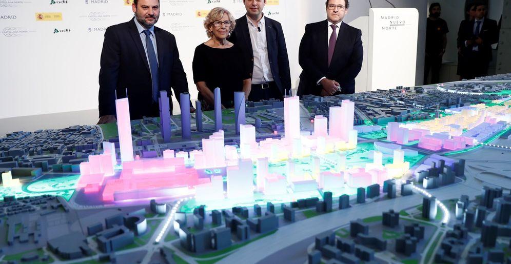 Foto: El ministro de Fomento, la alcaldesa de Madrid, el concejal de Urbanismo y el presidente de DCN, frente a la maqueta de Nuevo Norte. (EFE)