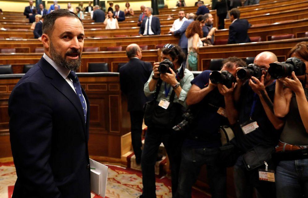 Foto: El líder de Vox, Santiago Abascal, a su llegada al hemiciclo del Congreso en la primera jornada del debate de investidura. (EFE)