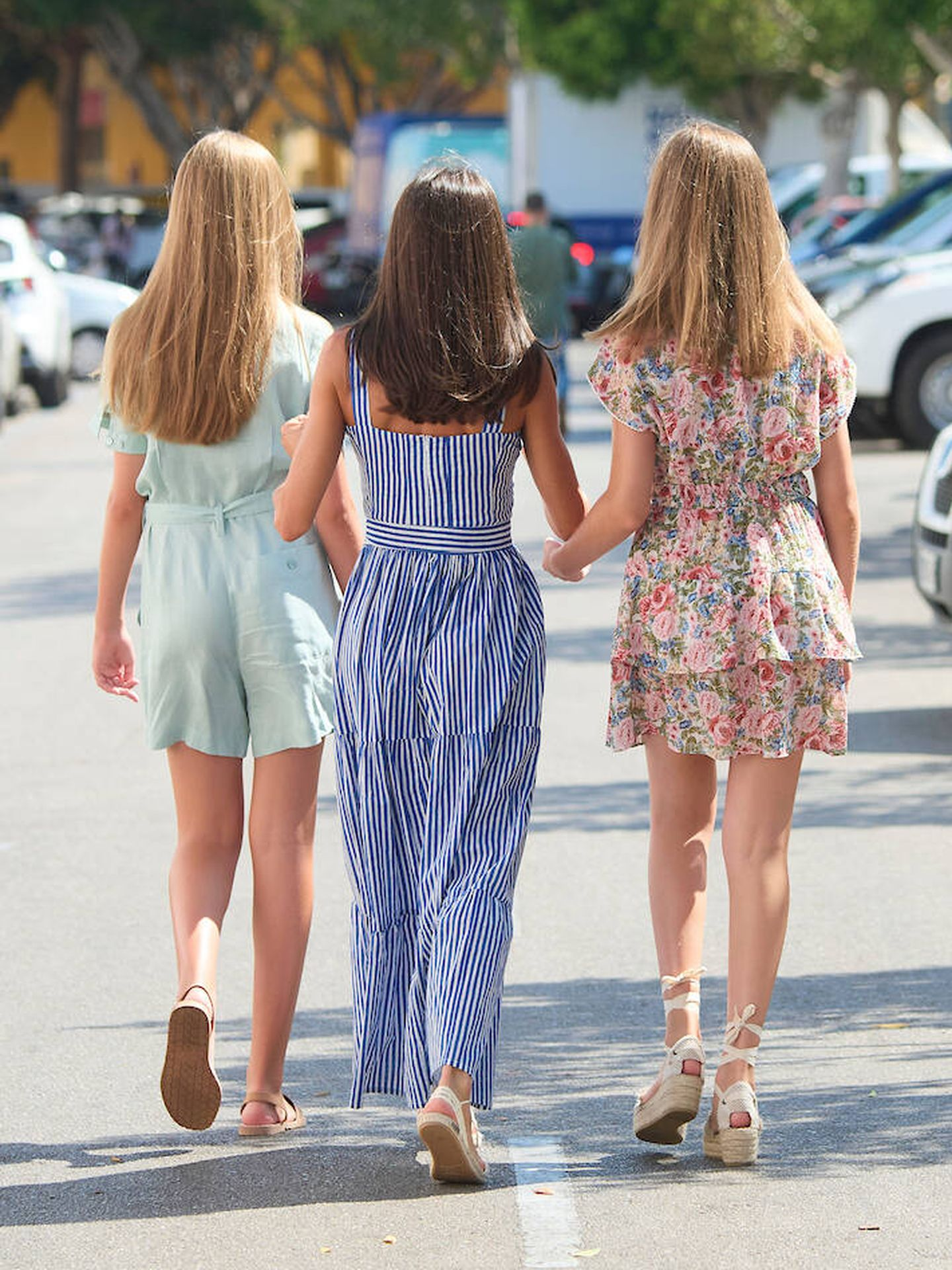 La reina y sus hijas marchándose del Real Club Náutico de Palma. (Limited Pictures)