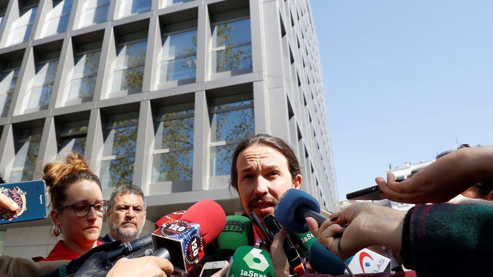 Foto: El líder de Podemos, Pablo Iglesias, atiende a los medios a su salida este miércoles de la Audiencia Nacional. (EFE)