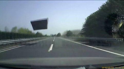 Un camión en China pierde parte del techo y este impacta contra otro vehículo