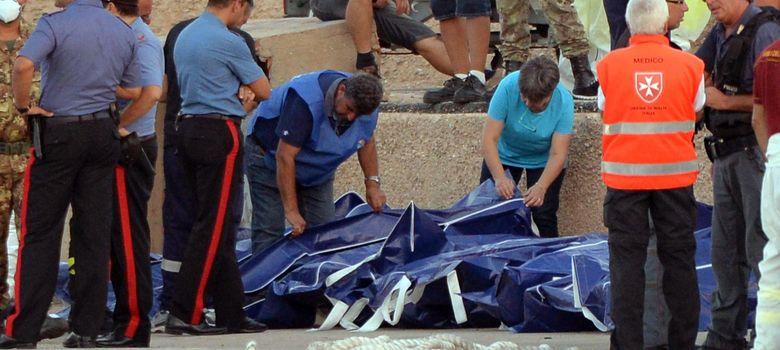 Foto: Efectivos del cuerpo de rescate recuperan los cuerpos sin vida del naufragio de una embarcación. (Reuters)