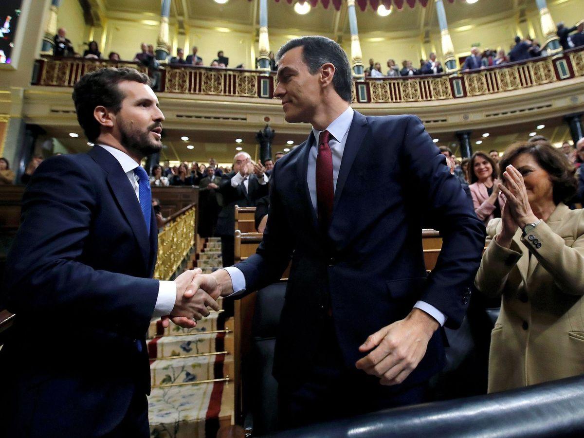 Foto: El líder del Partido Popular, Pablo Casado (i), felicita a Pedro Sánchez. (EFE)